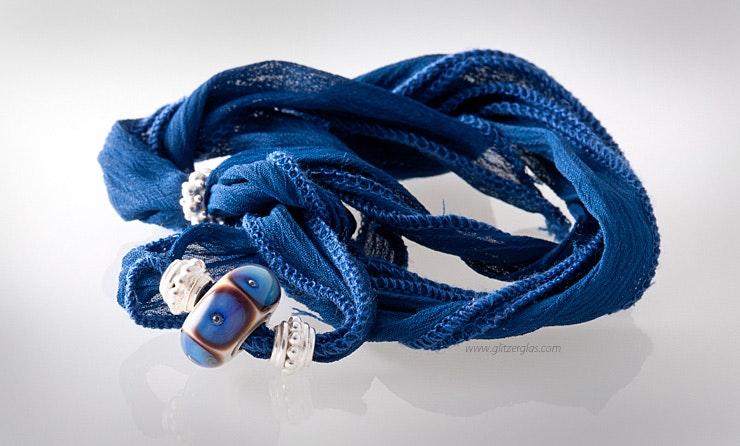 Blaues, indisches Seidenarmband mit Glasperle und Echtsilberschmuck 925