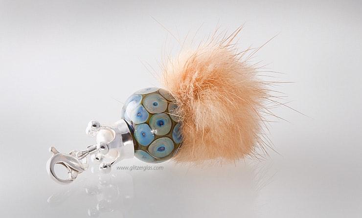 Schmuckanhänger mit grosser Glasperle, Fellpuschel und Echtsilberschmuck 925