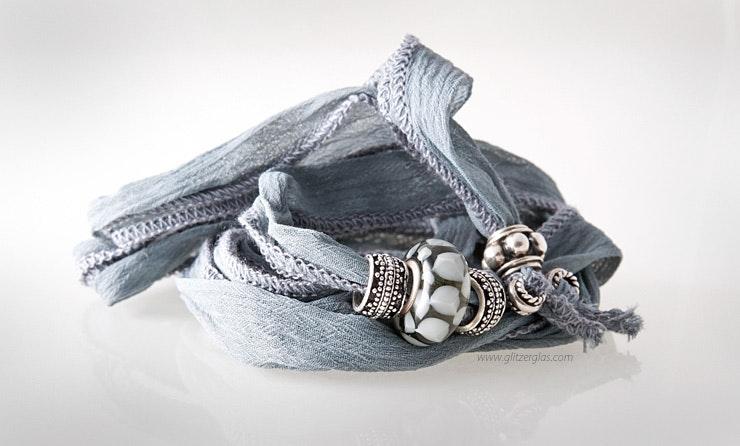 graues, indisches Seidenarmband mit Glasperle und Echtsilberschmuck 925. Bestellung von Monika