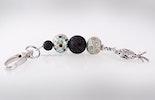 Schlüssel- oder Taschenanhänger mit Glasperlen
