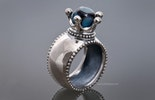 """""""Majestät"""" Echtsilber 925 Fingerring mit unikat handgefertigter Glasperle in blauschimmer"""