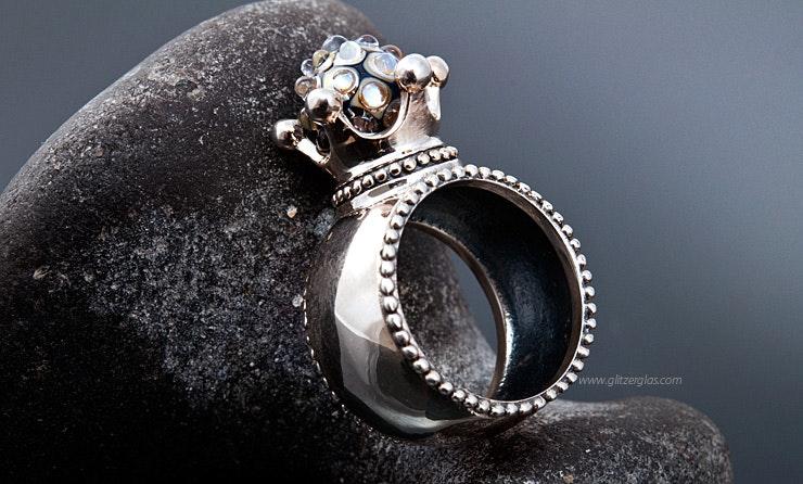 """""""Majestät"""" Echtsilber 925 Fingerring mit unikat handgefertigter Glasperle in Glitzersilberglas"""