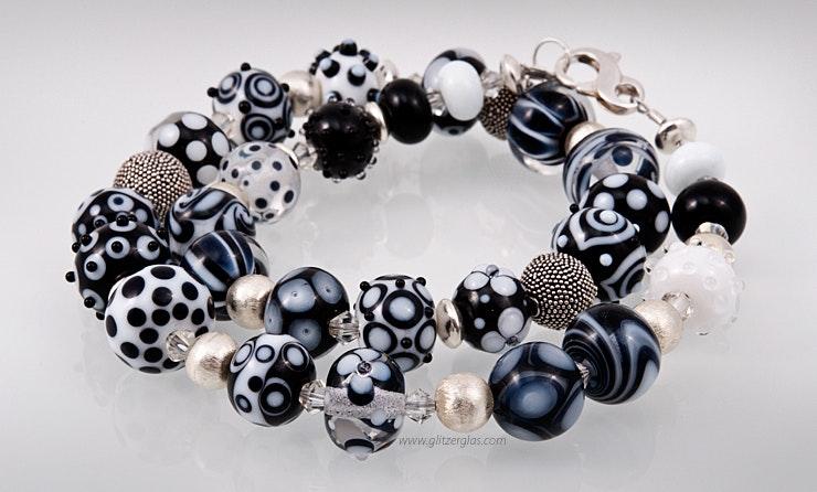 Halskette mit schwarz/weissen und durchsichtigen Glasperlen und Echtsilberperlen/-Verschluss Bild 1
