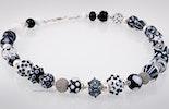 Halskette mit schwarz/weissen und durchsichtigen Glasperlen und Echtsilberperlen/-Verschluss Bild 2