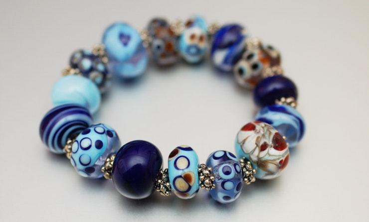 Armband aus Glasperlen;hochwertigem Gummiband, sind jetzt bei Gies/Werther(D)