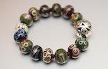 """""""Love-in-Olive"""" Armband aus Glasperlen hochwertigem Gummiband, verkauft in Bremgarten am Ostermarkt)"""