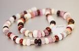 Halskette mit kleinen handgefertigten Murano-Glasperlen und Silberwürfel (ca. 52 cm). Vergeben.