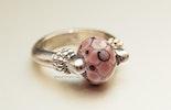 Lila-Lu Ring mit Muranoglas-Perle an Maya aus Basel