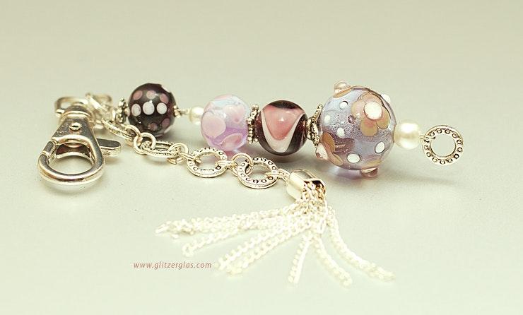 """""""Dream in Purple"""" Taschen-oder Schlüsselschmuck mit Glasperlen, Karabiner,Quaste (verkauft an Silvia am Kellerfest in Oetwil a.d.L.)"""