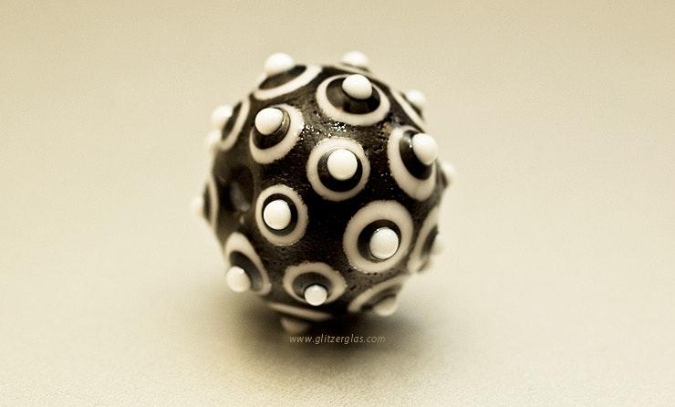 """""""Black&White"""" Glasperle  (hängt jetzt bei Ivan am Autoschlüssel ;-) )"""