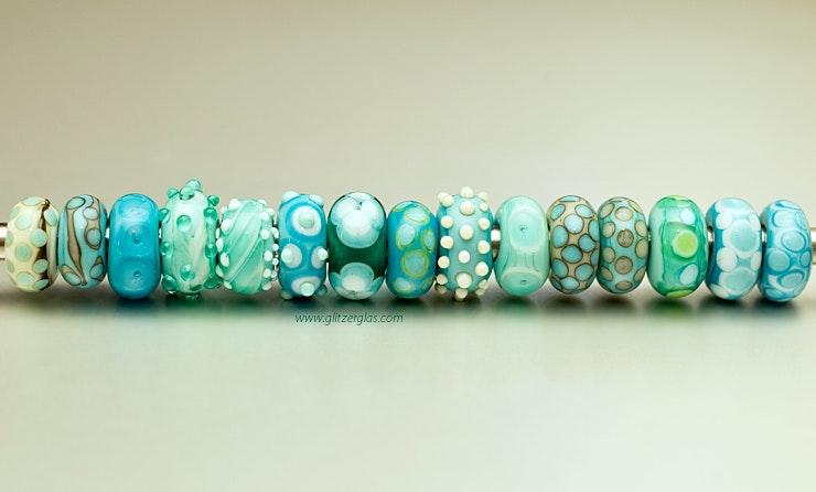 Für Trollbeads- oder Pandora-Armbänder Glasperlen in türkis. Diverse Gläser (Murano-, CIM-, Bullseye-, Lauscha- und Reichenbachglas.