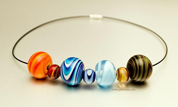 """""""4 elements"""" Halsreif mit 4 grossen Glasperlen. Bestellung von Tobias aus Bottmingen, Basel-Land  für seine Freundin. Hat echt Spass gemacht :-)"""