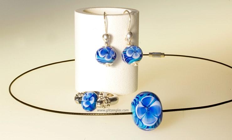"""Ensemble """"Meeresblüte"""", bestehend aus 1 Fingerring, 2 Ohrhänger und Halsreif mit blauen Murano-Glasperlen. (Bestellung aus Deutschland/Werther von Gies :-)"""