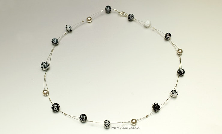 """""""Bianco&Nero"""" feine Glasperlen aus Muranoglas&Silber925 Perlen mit Karabinerverschluss an Nylondraht vergeben"""