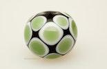 """Ruscello"" Muranoglasperle dunkelgrünes Klarglas mit weiss/grünen Dots"