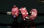 Pandora-style Glasschmuck-Perlen in Pinktönen.