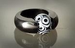 Acrylring schwarz mit schöner schwarz/weisser Glasperle (verkauft)