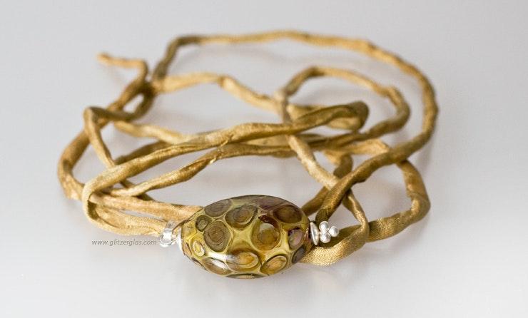 """""""Sahara"""" Ovalförmige, flache Glasperle mit echt Silberanhänger an Wildseidenband"""