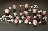 Halskette mit rosaroten Glas- und Süsswasser-Perlen aufgezogen an Juwelier-Draht. Bestellung von Corinne aus Frick/Aargau