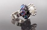 Fingerring mit Glasperle und Krone