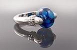 """""""Kronos2"""" Fingerring mit Blauer Schillerglasperle"""