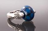 """""""Kronos1"""" Fingerring mit Blauer Schillerglasperle"""