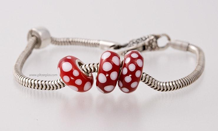 """""""Fliegenpilzli"""" Modulperlen 3er Set mit von mir handgefertigten Glasperlen passend zu allen gängigen Modularmbänder wie Pandora,Tollbead etc... alle Perlen sind mit einer Echtsilberhülse bestückt. (ohne Armband)"""