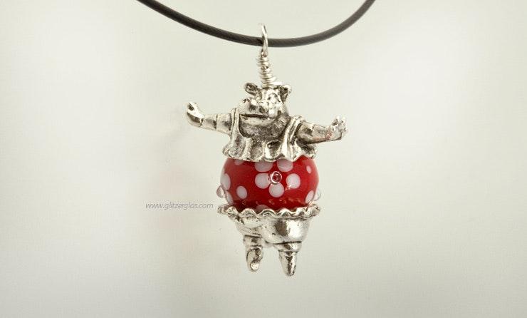 """""""Dancing Hippo Queen"""" Nilpferd mit roter Blümchen-Glasperle aus Muranoglas. (Bild 1 von 2)"""