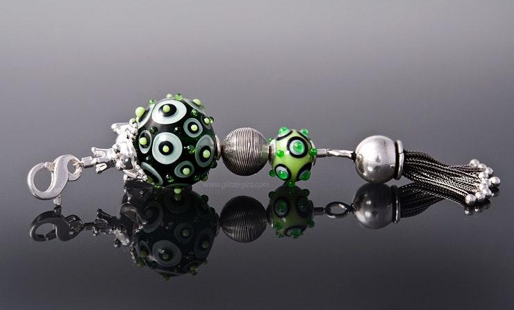 """""""Froschkönig"""" Kettenanhänger mit grünen Glasperlen, Quaste, Silberperlen und Silberfrosch sitzt auf der Glasperle an einem Karabiner (verkauft/Aargau)"""