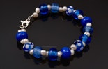"""""""French-Blue"""" Armband mit blauen Glasperlen und kleinen Süsswasserperlen mit Karabiner Silber925"""