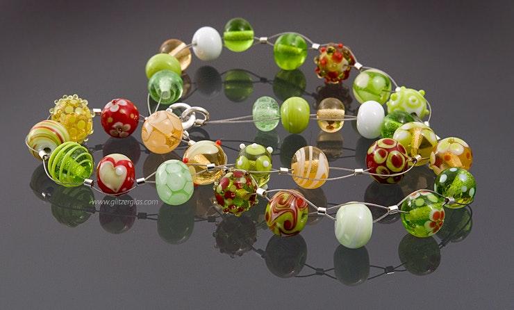 Halskette mit bunten Glasperlen. Bild 2 von 2