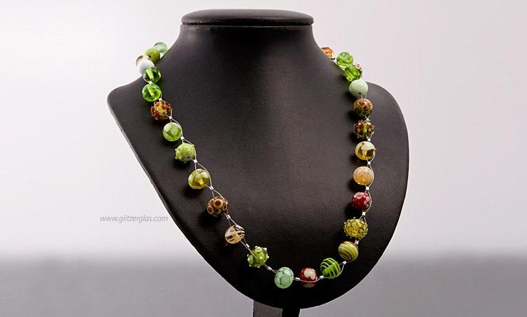 Halskette mit bunten Glasperlen. Bild 1 von 2