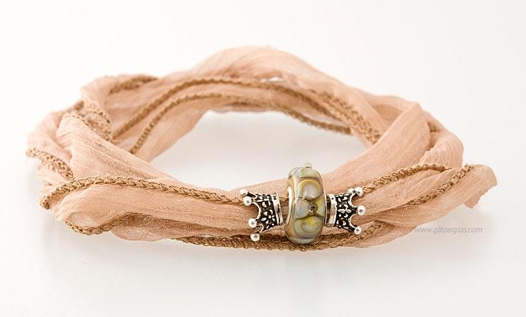 indischen Seidenarmband in beige mit Glasperle und Echtsilber-Krönchen