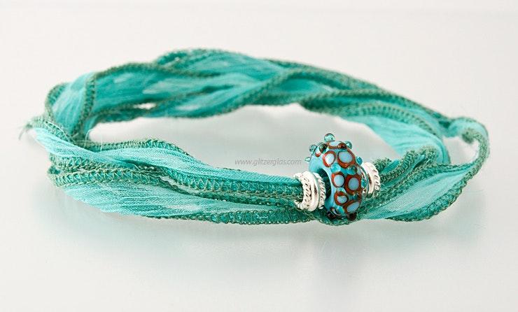 indisches Seidenarmband in türkis mit 1 Pandorastyle-Glasperle & 2 echt SIlber925 Perlen (verkauft)