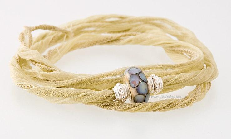 Indisches Seidenarmband in crème mit 1 Pandorastyle-Glasperle & 2 echt SIlber925 Perlen verkauft amPfingstmarkt/Bremgarten