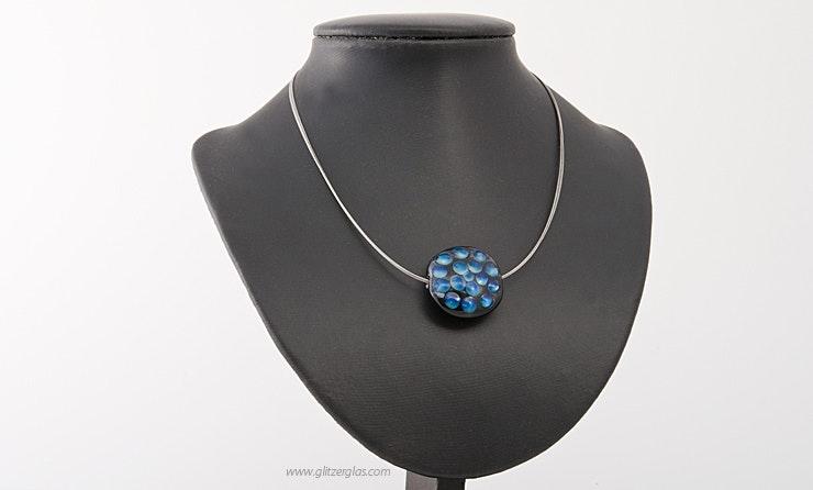 Halsreif mit blauer Glasperle. Bild 1 von 2