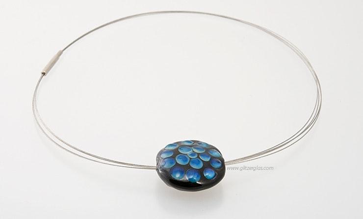 Halsreif mit blauer Glasperle. Bild 2 von 2