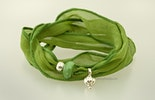 Grünes indisches Seidenarmband mit Echtsilberschmuck und grüner Glasperle. lebt jetzt bei regula in Basel :-)