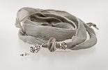 Graues  Seidenarmband. Muranoglas-Glasperle und Echtsilberschmuck 925. lebt jetzt bei Regula in Basel :-)