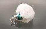 """""""Wolke 7 """" Orientalische Glasperle in türkis/grün Tönen darauf sitzt ein Froschkönig in echt Silber925 an einem weissen Fellpuschel"""