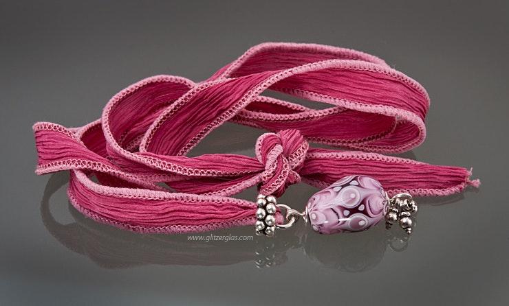 Pinkes handgefärbtes Seidenband mit oriental Glasperle in rosa und echtsilber Teilen