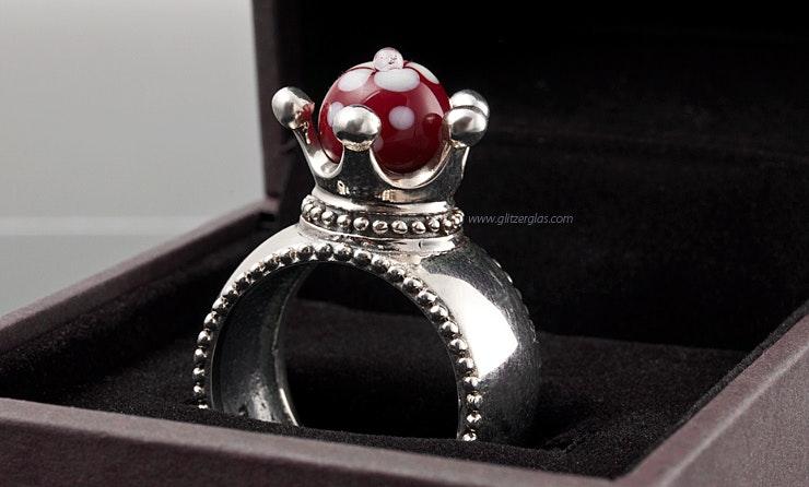 """""""Majestät"""" Echtsilber 925 Fingerring mit unikat handgefertigter Glasperle in rot mit weisser Blüte"""