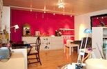 Pink-Pur! Blick auf Schmuckausstellung im Atelier.