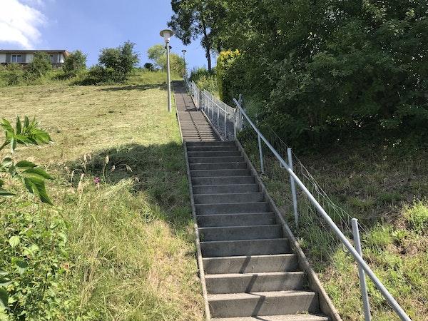 Treppe zum Migros, Coop und S-Bahnhof