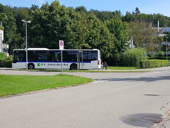 Bushaltestelle 733 direkt vor dem Gebäude
