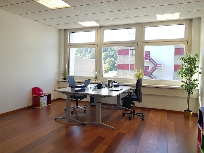 Büro mit Laminatparkett