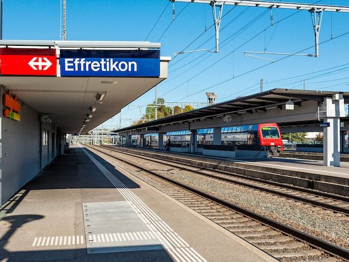 Bahn: Verbindungen nach Zürich, Winterthur und ins Zürcher Oberland.