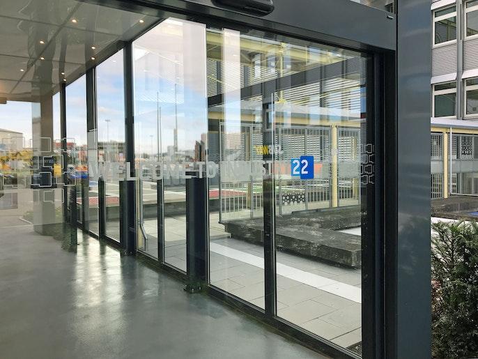 automatische Eingangstür mit Zutrittsregelung