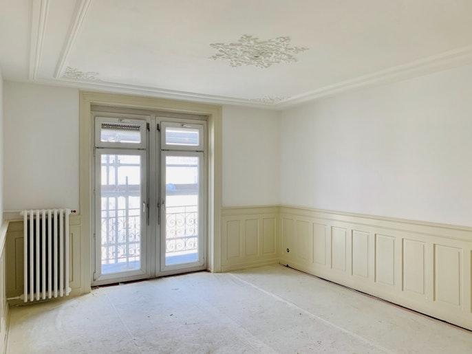 Decke mit Stuckatur, hohe Decken, Balkon