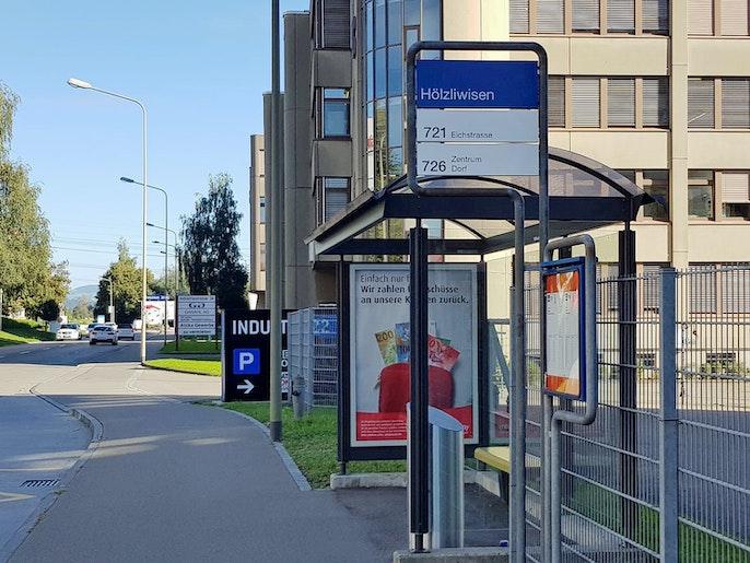 Bushaltestelle vor dem Haus